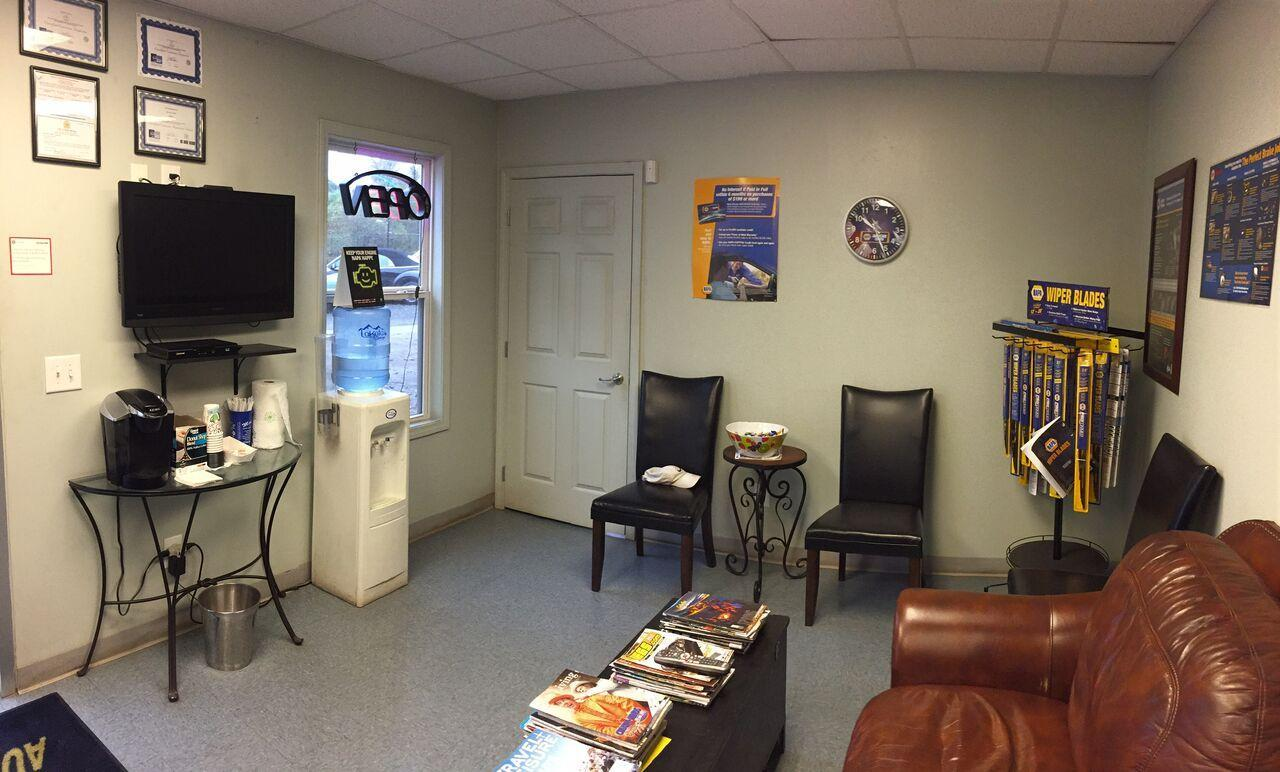 Lounge & Waiting Area at Moore's Auto Shop in Hollysprings, GA